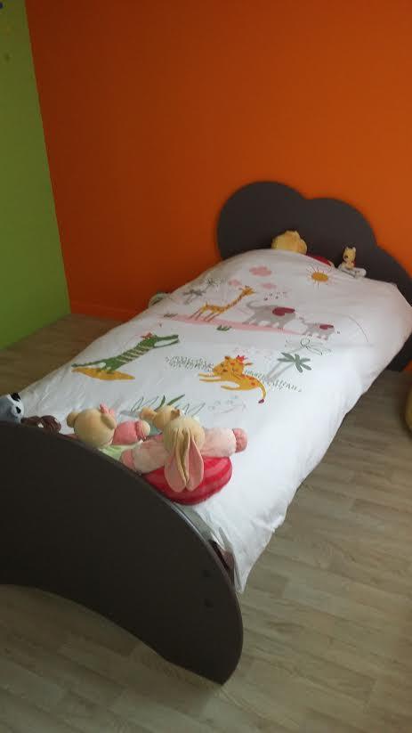 lit enfant nuage taupe 90x190 cm avec sommier et matelas. Black Bedroom Furniture Sets. Home Design Ideas