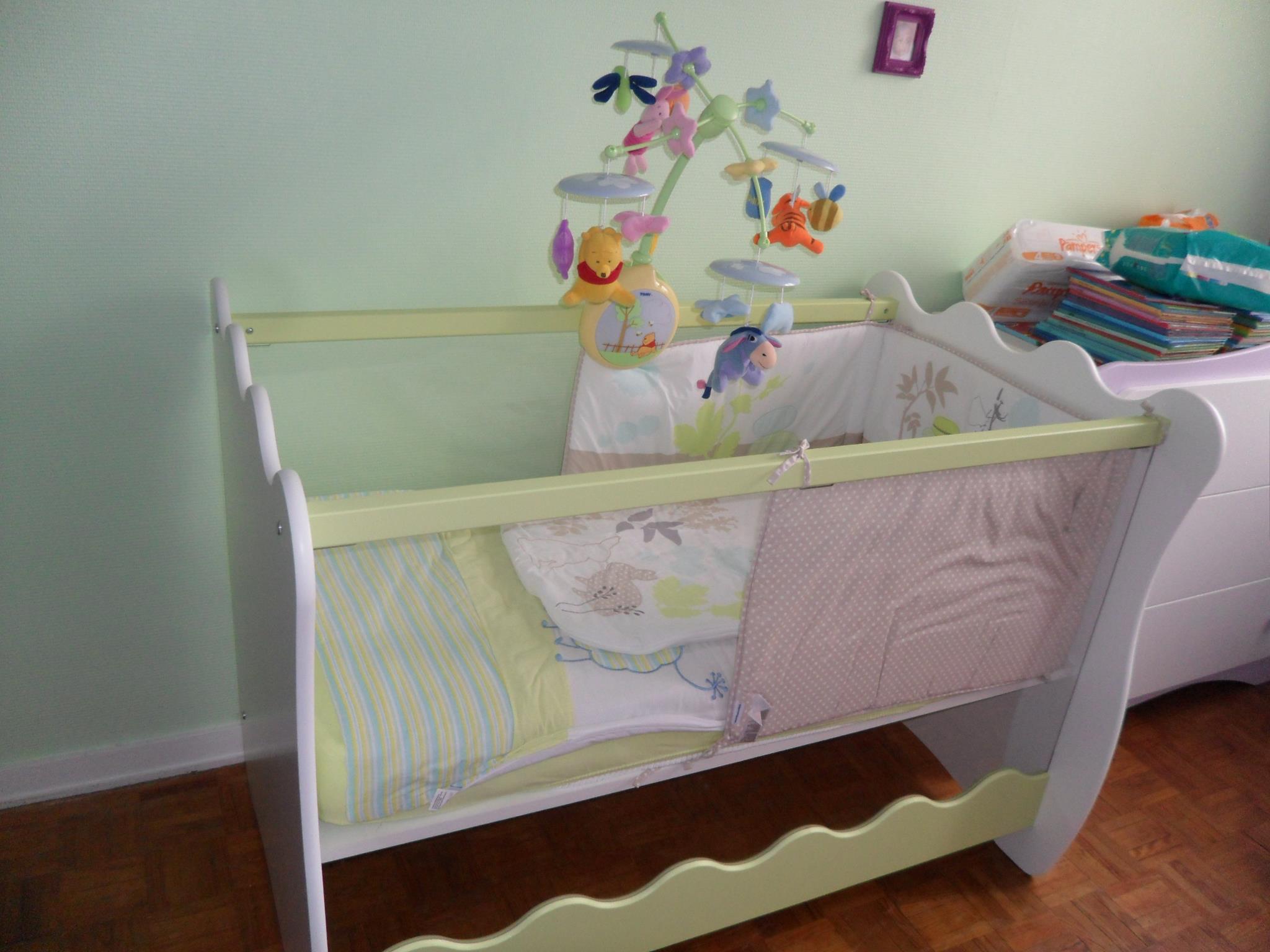 tout savoir sur le lit b b aux parois plexiglas. Black Bedroom Furniture Sets. Home Design Ideas