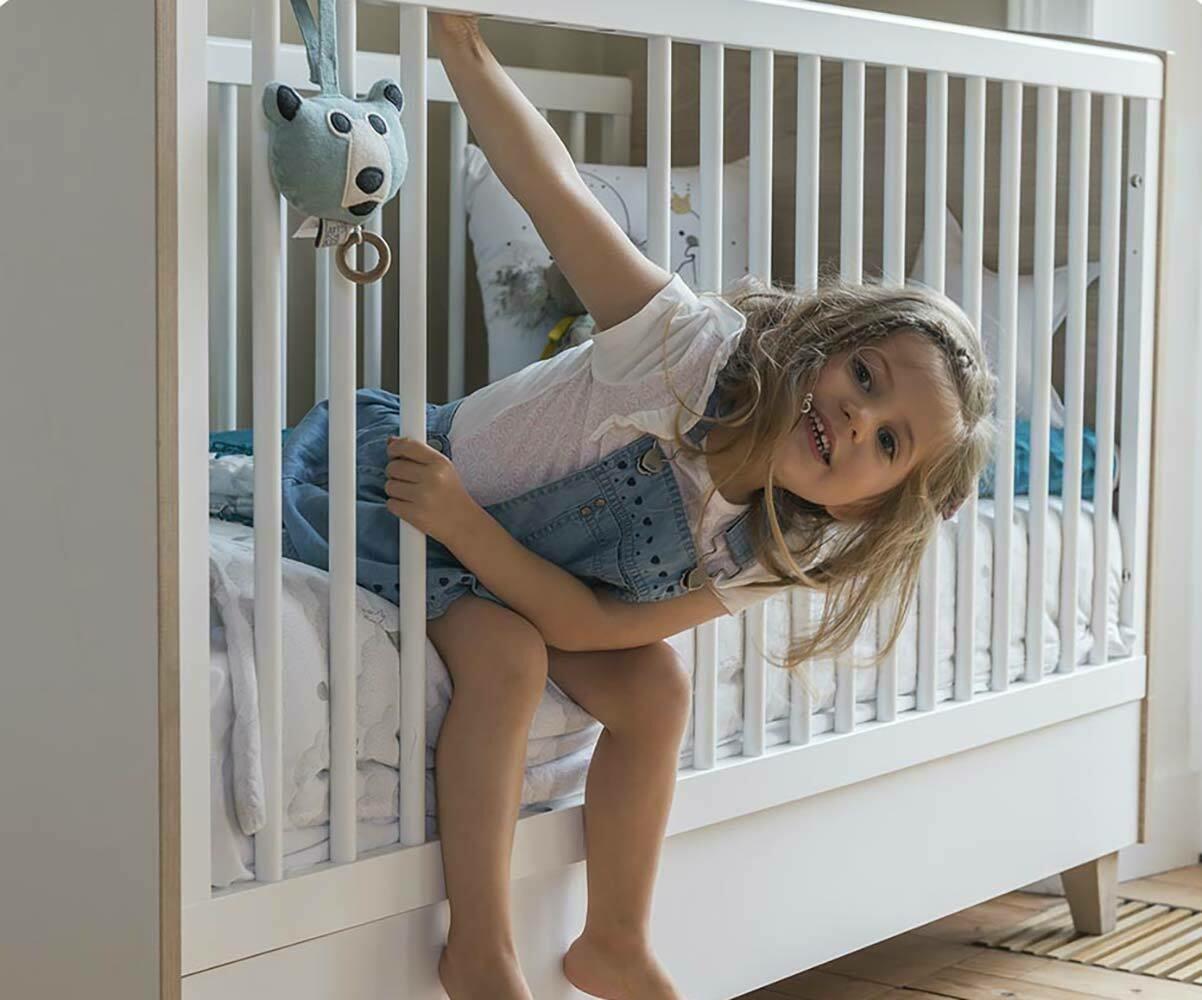 lit b b volutif perle blanc et bois. Black Bedroom Furniture Sets. Home Design Ideas